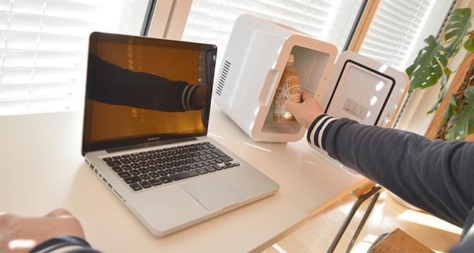 パソコンの横でサンコーおとしずか冷温庫を使用