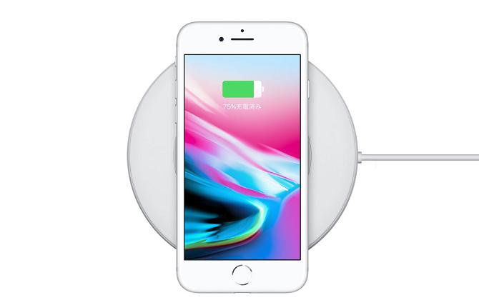 ワイヤレス充電器の上にあるiPhone8