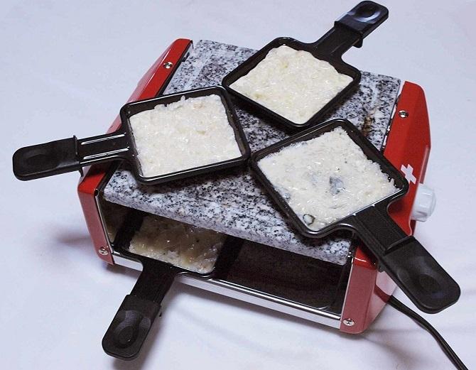 NOUVEL ロースター RACLETTE FOR 4 PERSONSの上段でチーズを溶かしている