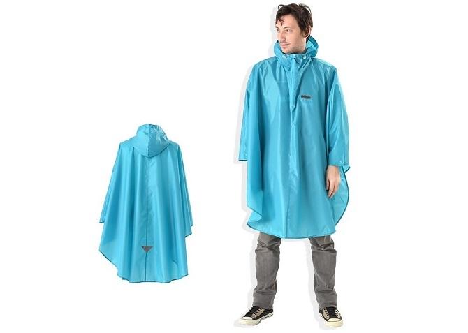 水色のoutdoorのポンチョを着る男性