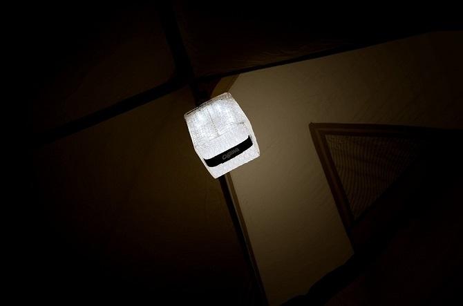 夜のテント内を照らすソーラーパフ