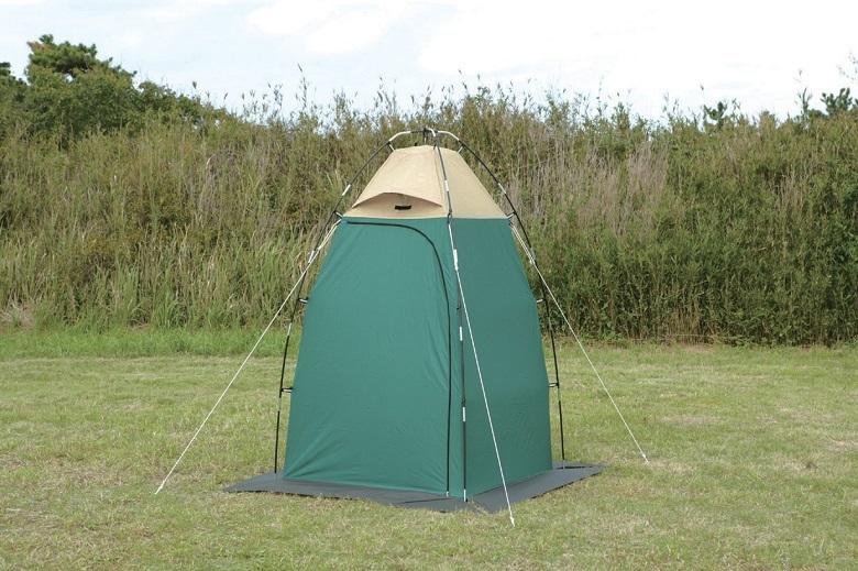 野原に設営されたプライベートテント