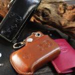 3色並べて置かれた革製スマートキーケース
