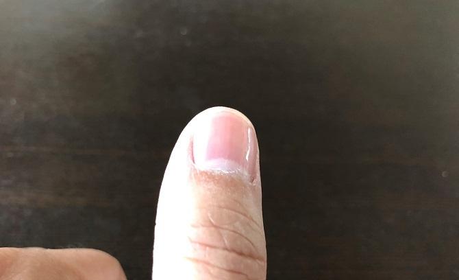 爪やすりでツルツルになった親指の爪のアップ