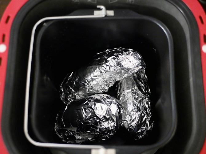 ホームベーカリーにアルミホイルに包んだサツマイモを入れた様子