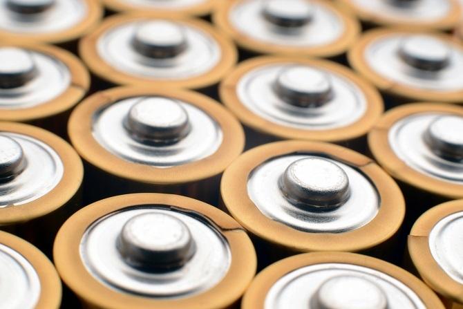 単三電池がたくさん並んでいる様子