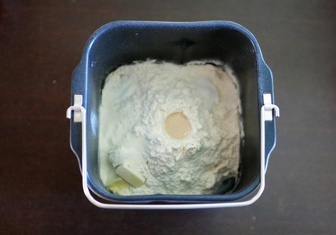 パンケースの中に食パンの材料を入れた様子