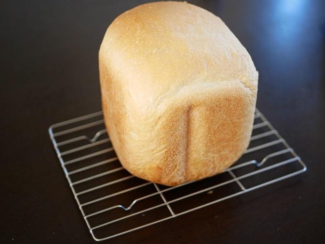 網の上に焼きあがった食パン