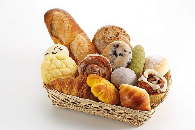 バケットに色々なパンが置いてある