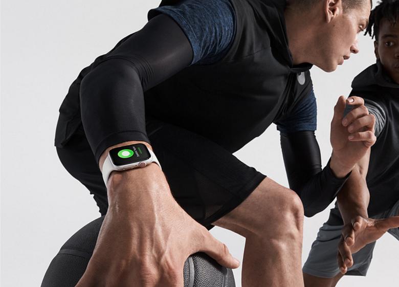 Apple Watch Series 4をしてバスケをする男性