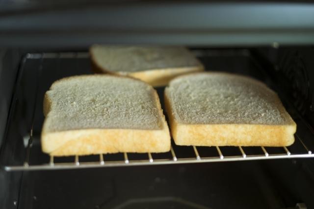 食パン3枚を焼いている