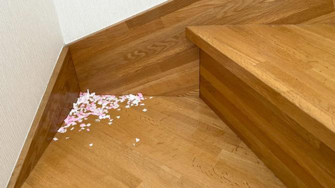 階段の隅に紙