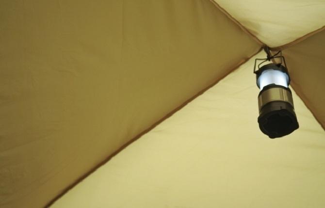 ③テントの中のランタン