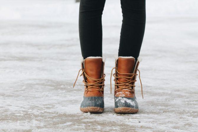 スノーブーツを履く女性