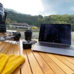 キャンプ川原テーブルの上でMacBookを広げる